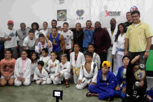 José Aldo e outros astros do MMA prestigiam projeto social carioca