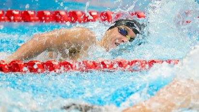 Olympics-Swimming-Late surges bring gold for US and Australia