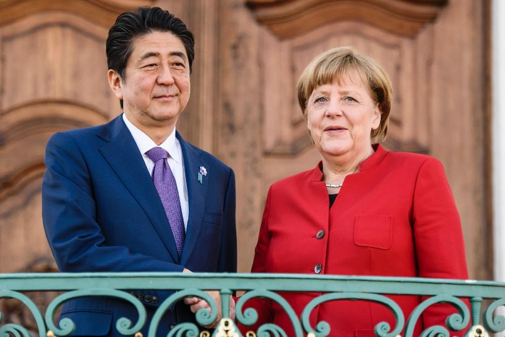 German Chancellor Angela Merkel welcomes Japanese Prime Minister Shinzo Abe for bilateral talks in Gransee on May 4, 2016 (AFP Photo/Clemens Bilan)