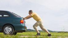 Algo salió bastante mal... ¡y terminó corriendo detrás de su coche colina abajo!