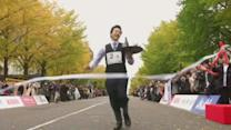 Japan waiters compete in 'balancing' race