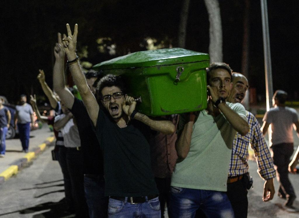 People carry a coffin of one of the victims of a suicide bombing through the streets of Gaziantep on July 20, 2015 (AFP Photo/Bulent Kilic)