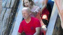 Bruce Willis sorprende a sus fans cerrando los ojos en una montaña rusa