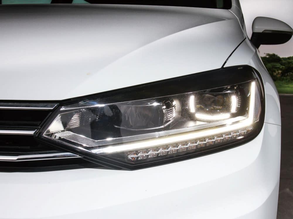 整合日行燈的箭矢式大燈組,使車頭感官更為俐落有型。