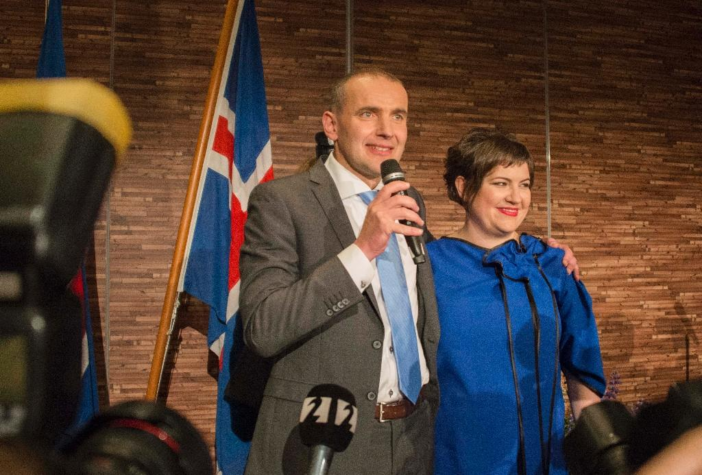 President elect Gudni Johannesson (L) speaks next to his wife Eliza Reid at an election party in Reykjavik, on June 25, 2016 (AFP Photo/Halldor Kolbeins)