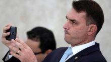 Desembargador suspende investigação de ex-assessor de Flávio Bolsonaro sobre vazamento de operação