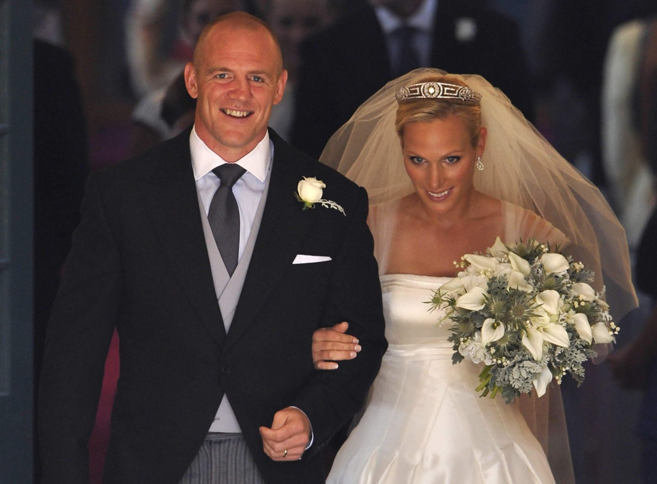 Britain's Zara Phillips, the eldest granddaughter of Queen Elizabeth, and her husband England rugby captain Mike Tindall, leave the church after their marriage at Canongate Kirk in Edinburgh, Scotland, July 30, 2011. REUTERS/Dylan Martinez (BRITAIN  - Tags: ROYALS ENTERTAINMENT SOCIETY)