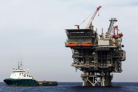 An Israeli gas platform, controlled by a U.S.-Israeli energy group, is seen in the Mediterranean sea west of Israel's port city of Ashdod February 25, 2013. REUTERS/Amir Cohen