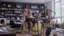 Estantes como a do apartamento de Bruno Mazzeo, cenário de 'Diário de um confinado', podem  ajudar a manter tudo em ordem