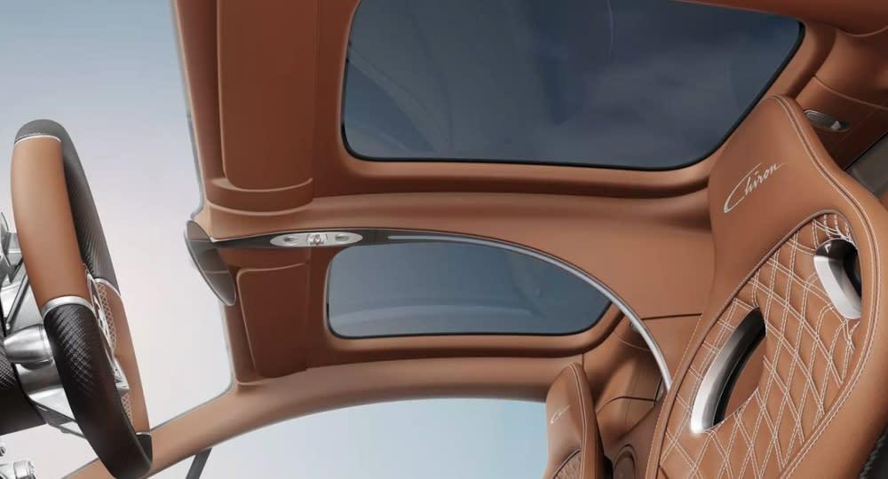 Sky View由兩片玻璃面板組成,一片在駕駛上方、另一個在副駕駛上方,每片約25.5英寸(65cm)、寬度約17英寸(36cm),完全不佔用頭部空間。(圖片來源:https://www.autoguide.com/auto-news/2018/07/finally-bugatti-chiron-gets-a-new-sunroof.html)