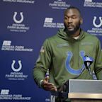 Colts LB Darius Leonard pulled over to help a woman change her tire on Easter