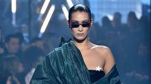 Sie blieb cool: Bella Hadids Busen-Blitzer bei der Pariser Fashion Week