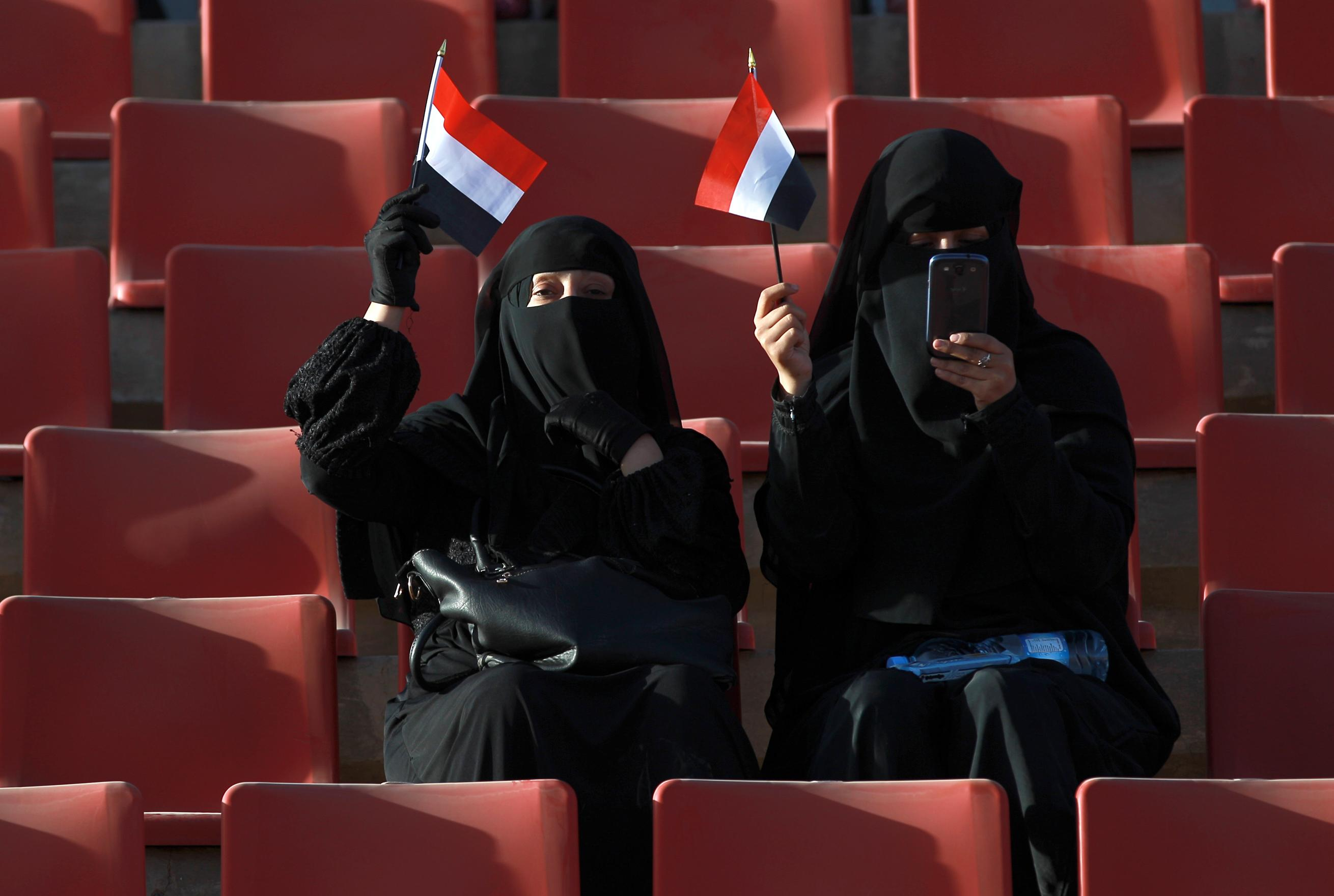 Shiite supporters hold national flags during a gathering in a northern Sanaa, on February 7, 2015 (AFP Photo/Mohammed Huwais)