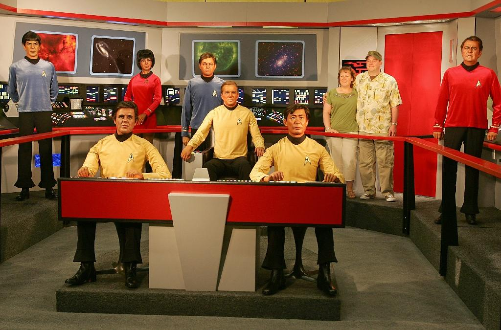 A fan takes a photo with wax figures of the characters of the original television show 'Star Trek' displayed at the Star Trek convention in Las Vegas on August 18, 2006 (AFP Photo/Robyn Beck)