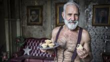 Aos 58 anos, 'Papai Noel sexy' chama atenção online