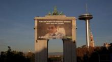"""El 'meme' que cuelga en Moncloa: """"Pedro, no te pases los derechos humanos por el arco del triunfo"""""""