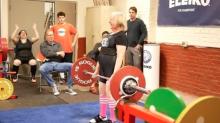 Ejemplo de vida: mujer de 76 años levanta pesas de ¡90 kilos!