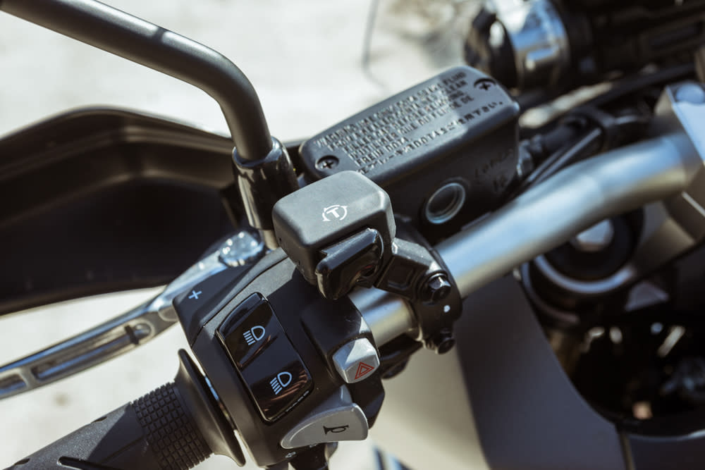 透過左把手上的HSTC按鈕,就可輕鬆的切換HSTC模式。