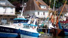 Brexit: Macron se jette à l'eau pour les pêcheurs français