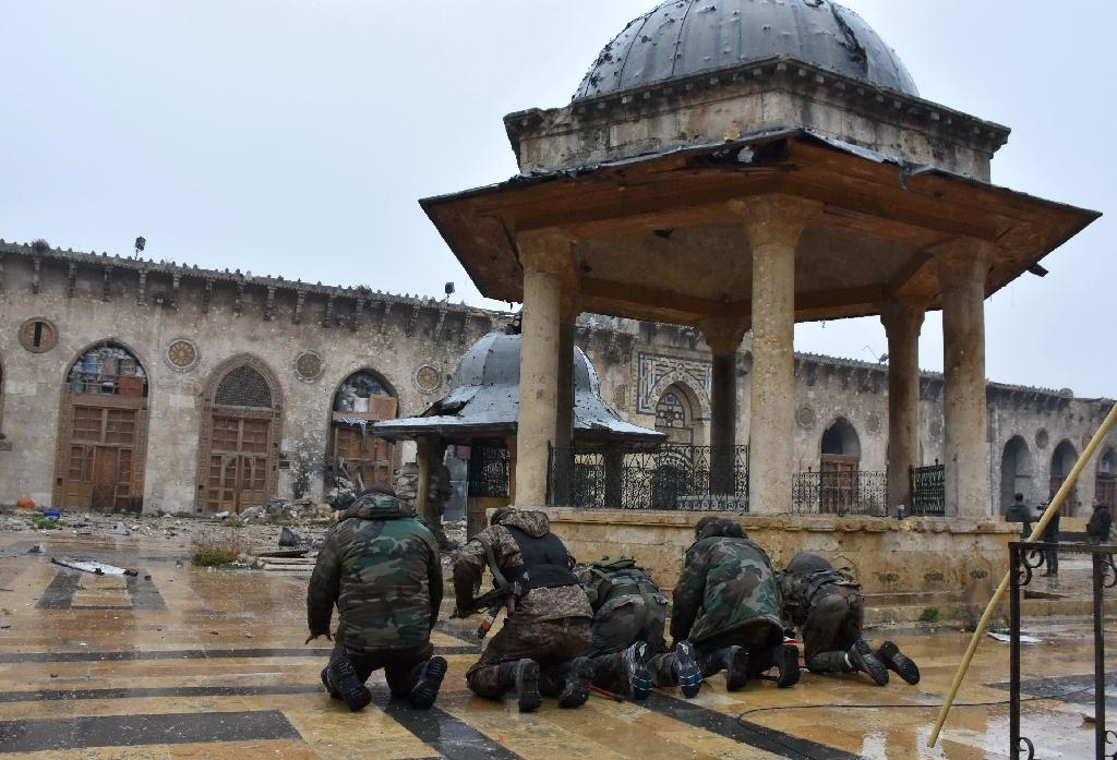Syrian pro-government forces pray at the Umayyad mosque in the old city of Aleppo on December 13, 2016 (AFP Photo/George Ourfalian)