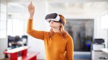 Du hast Lust auf eine Achterbahnfahrt? Mit VR-Brillen geht das sogar vom Sofa aus