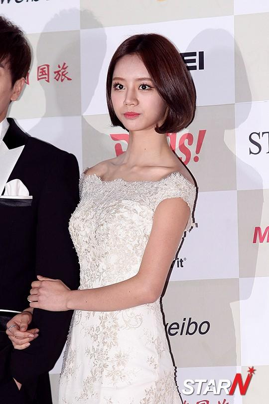 Girl's Day's Hye Ri having a photo time at 'Gaon Chart Awards'