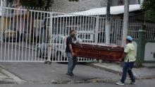 Mortos em casa e cadáveres nas ruas: o colapso funerário causado pelo coronavírus no Equador