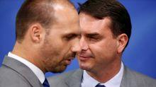 Eduardo e Flavio Bolsonaro criticam decisão do Facebook de excluir páginas bolsonaristas
