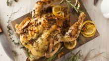 Mulher afirma que segredo para o frango assado perfeito é cozinhar com um secador de cabelo