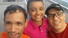 Adotado por casal homossexual, menino escreve redação sobre ser a 'criança mais feliz do mundo'