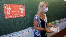 Covid-19 : les masques distribués aux enseignants traités avec des substances toxiques ?