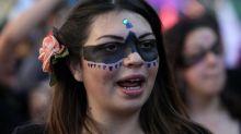 Au Chili, des femmes défilent seins nus pour dénoncer les violences machistes