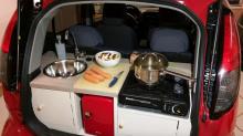 Instaló una curiosa cocina ¡en la cajuela de su auto!