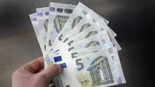 El euro baja a 1,1699 dólares a media jornada