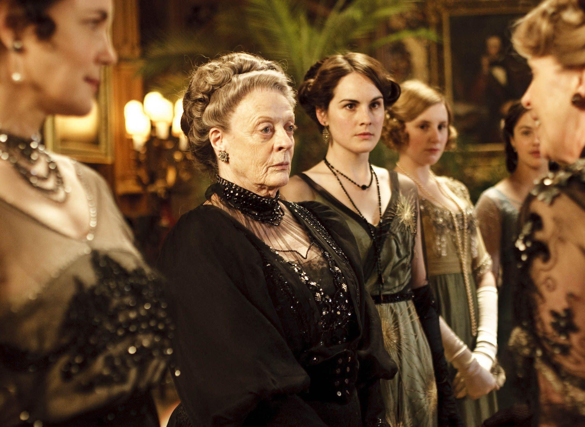 飾演伯爵母親的 Maggie Smith。