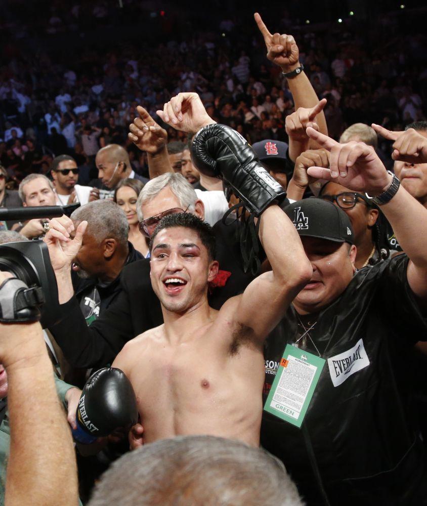 Josesito López celebra su victoria por nocaut en nueve asaltos frente a Víctor Ortiz, el sábado 23 de junio de 2012, en Los Angeles  (AP Foto/Jae C. Hong)