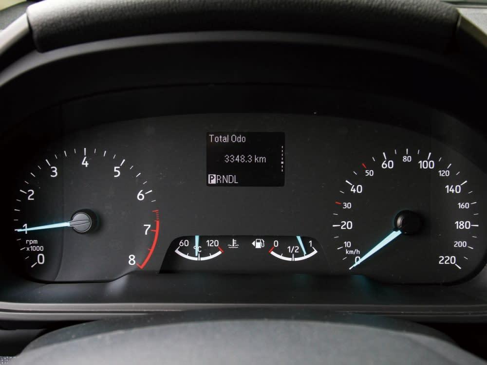 儀表採簡潔明瞭的高對比雙環造型,中央整合可顯示胎壓及油耗的里程電腦。