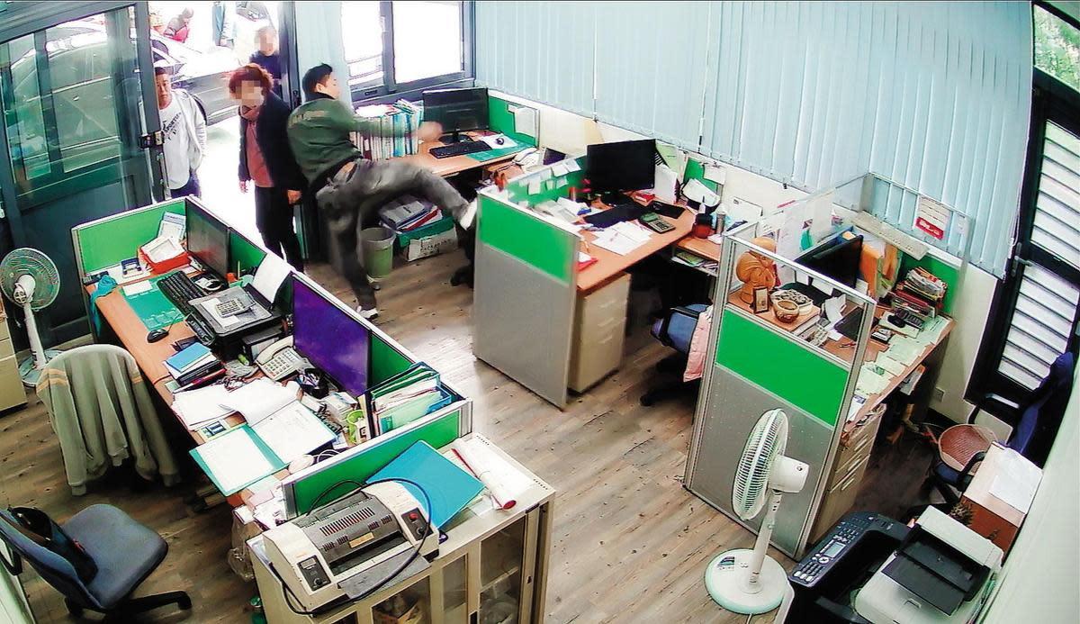 簡漢武上門喬債務未果,狠踹辦公桌椅,遭被害人公司監視器錄下。(翻攝畫面)