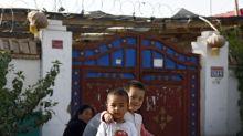 China está usando a la población uighur en fábricas de trabajo forzado y el escándalo afecta también a Ikea y a H&M