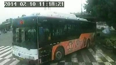Raw: Driver Risks Life to Stop Runaway Bus