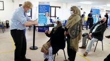 El polémico atajo en la campaña de vacunación del Reino Unido