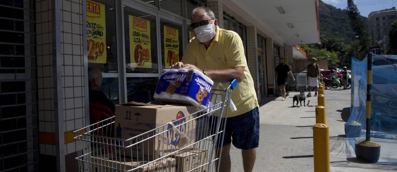 Coronavírus: supermercados têm pouco movimento, clientes com máscaras e nenhum álcool gel