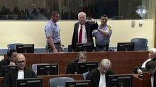 """""""Baci da papà Mladic"""": ex comandante serbi Bosnia interviene da cella"""