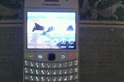 BlackBerry Bold 9780 spotted in the wild yet again, this time in white