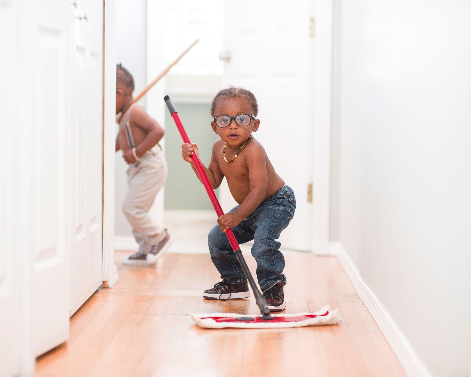 children cleaning up - HD2000×1600