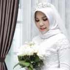 Lion Air crash victim's fiancée takes wedding pictures alone