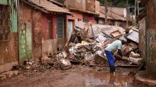 Vítimas do temporal em Minas Gerais limpam destroços do desastre