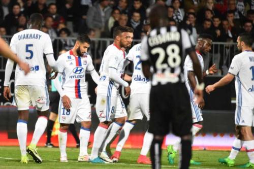 Lyon bate o Angers e segue bem na luta por vaga na Liga Europa