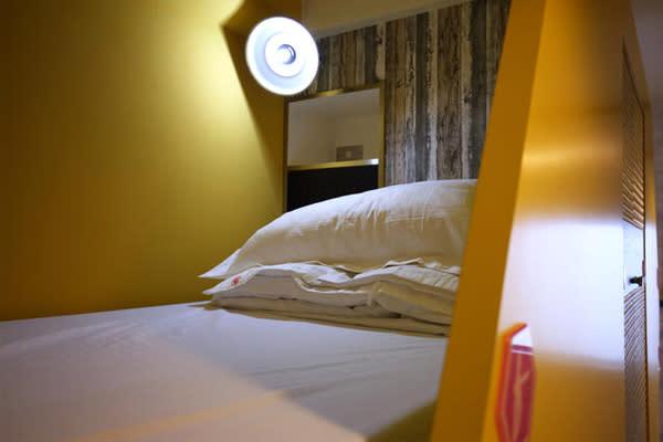 半開放式的床位,提供一定的隱密舒適性。(圖片來源/蜂巢膠囊旅店)