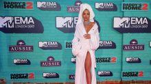 Rita Ora en albornoz y otros looks de los EMAs 2017
